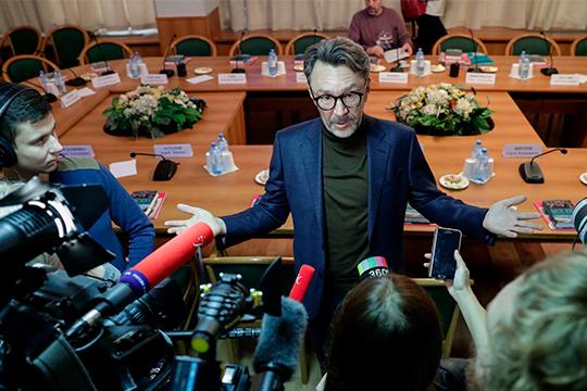 К Сергею Шнурову выстроилась очередь изжурналистов ионтерпеливо всем отвечал, называя себя «последним интеллектуалом встране»