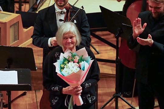 После исполнения концерта Корндорфа на сцену поднялась вдова композитора Галина Аверина
