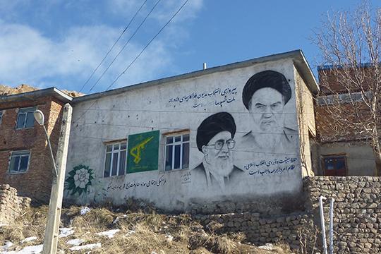 «Иран иИрак. Страны— антагонисты. Два непримиримых соперника, которые воевали друг сдругом восемь лет— в1980–1988 годах. Бились смертным боем, допоследней капли крови, дополного истощения всех ресурсов»
