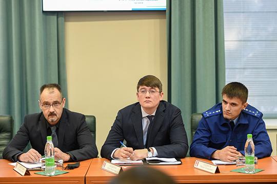 Дали слово и прокуратуре. Помощник прокурора Ришат Садиков (справа) рассказал о том, как прокуратура проверяет уже самих надзорщиков, то, насколько законно они проводят проверки