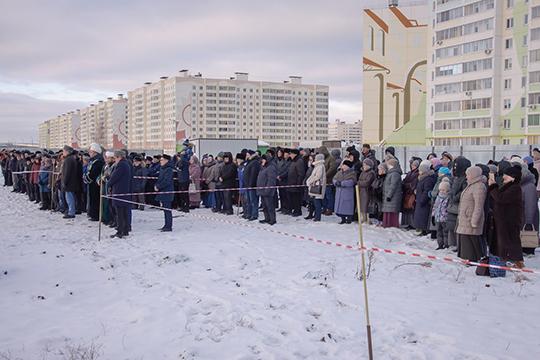 Вморозный день наплощадке вполе зановостройками собрались около сотни верующих. Сречью выступили имам-мухтасиб Нижнекамского районаСалих хазрат Ибрагимов, казый Прикамского регионаРустам хазрат Шайхевалиев