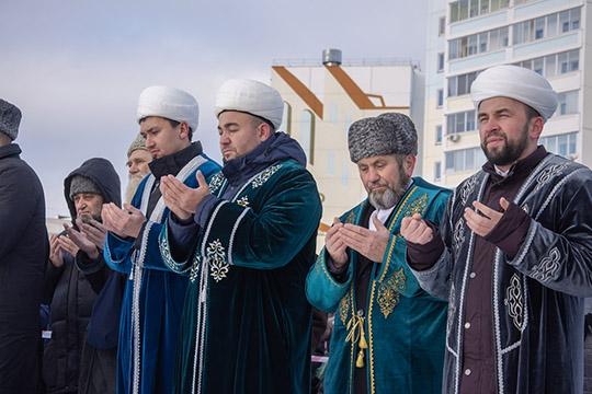 После традиционного чтения Корана рабочие приступили кзабивке сваи. «Аллаху Акбар! Начинайте»,— скомандовал имам-мухтасиб истроители начали работу