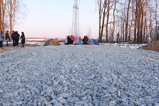 Экоактивисты собрались накануне у дороги, ведущей от Новониколаевского к месту строительства будущего мусоросжигательного завода в Осиново. Разноцветные палатки ярко отмечают место, где противники МСЗ остановили тяжелую строительную технику