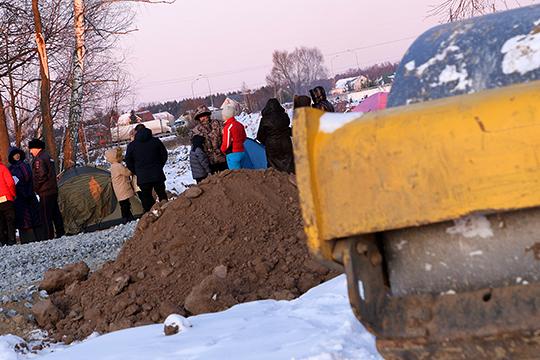 Костры ипалатки: экоактивисты вОсиново блокируют строительство дороги кМСЗ