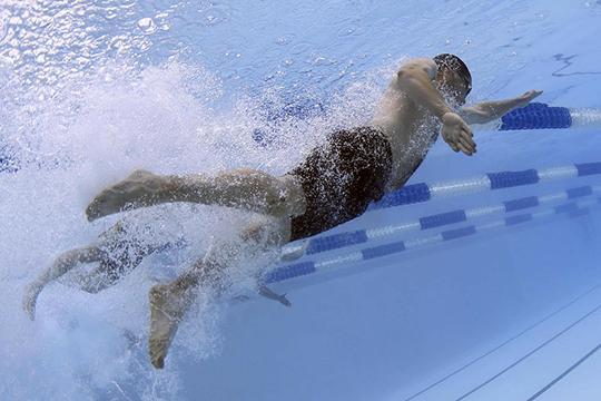 «Жир вовремя плавания негорит. Потому что вода холодная, кровяные сосуды вкожных покровах сужены, чтобы сохранить тепло, соответственно, жир нетопится. Онмогбы топиться, еслибы тысоздавал дефицит калорий»