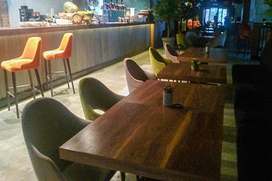 Сотрудник ресторана Роман рассказывает, что взбешенные гости возвращались в зал на второй этаж обратно, хватали стоявшие стулья и кресла, а затем бежали с ними вниз.