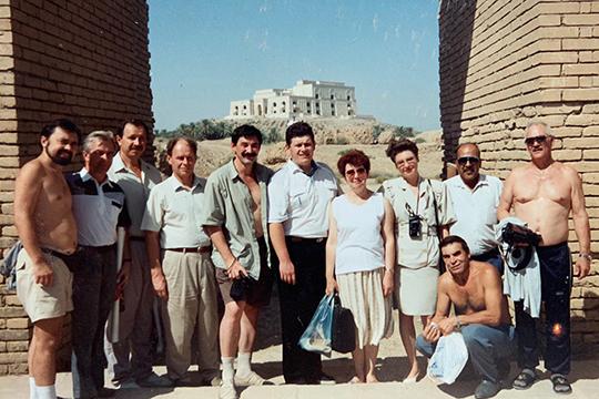 На фоне дворца-крепости Саддама Хусейна в Вавилоне