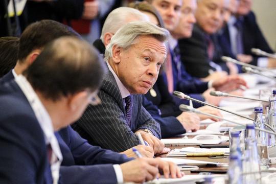 Алексей Пушков добрался до преамбулы, в которой предлагал зафиксировать статус России как «державы-победительницы во Второй мировой воне»