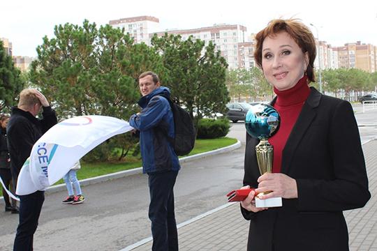 Гульнара Янышева с кубком победителя для супруга