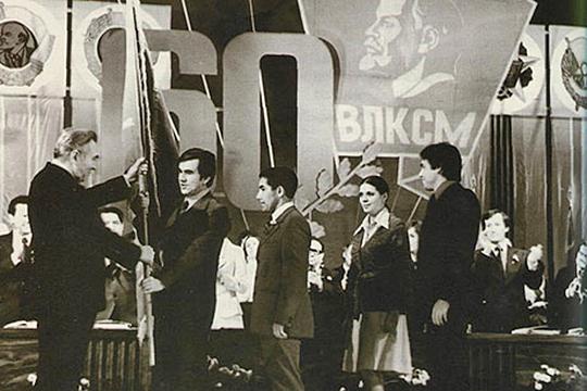 Ф.А.Табеев вручает знамя первому секретарю Татарского обкома ВЛКСМ Шамилю Агееву. 1978 г.