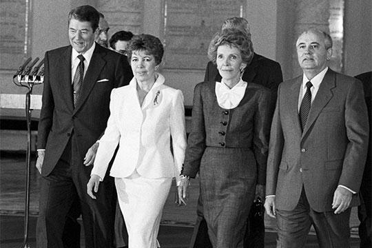 Рональд Рейган с супругой Нэнси и Михаил Горбачев с супругой Раисой