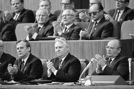 На съезде КПСС в 1986 году. В первом ряду (слева направо) Николай Рыжков, Егор Лигачев и Михаил Горбачев