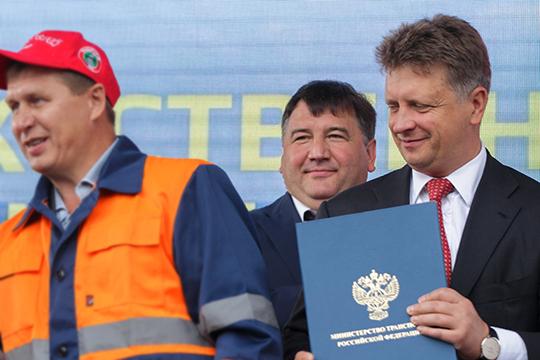 Максим Соколов (справа) пообещал Ленару Сафину (в центре), что планы «экзотических маршрутов» вобход Татарстана непройдут, однако лишился министерского портфеля, иинтрига осталась незавершенной