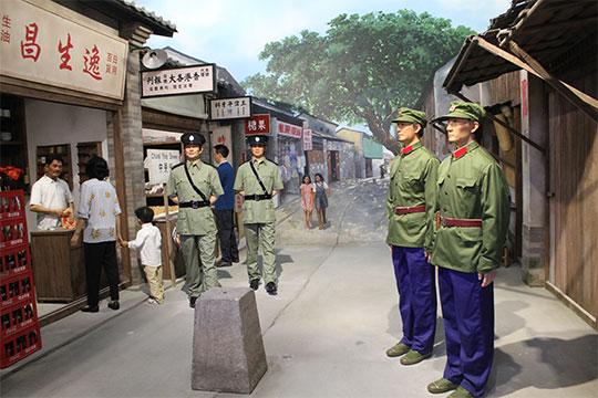Шеньчжень представлял собой бедную рыбацкую деревушку награнице между Китаем иГонконгом. Накитайской стороне - пустые заколоченные прилавки, настороне Гонконга - царила другая жизнь