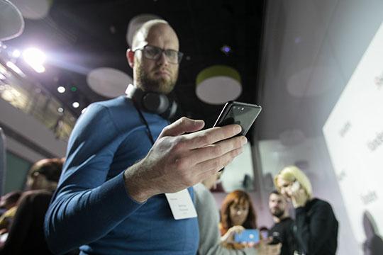 Разработчики «Яндекса» считают голосовой помощник «Алису» самым сильным местом своего первого смартфона, аэксперты «БИЗНЕС Online» опасаются, что электронная девушка выдаст все секреты хозяина при первой возможности