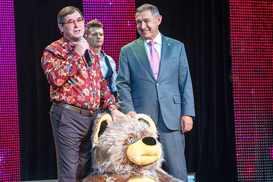 Рифкат Минниханов принес игрушечного мишку солидных размеров