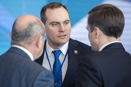 Первым знакомым лицом наГайдаровском форуме вМоскве оказался премьер-министр ДагестанаАртем Здунов, который вот уже почти как год покинул Татарстан