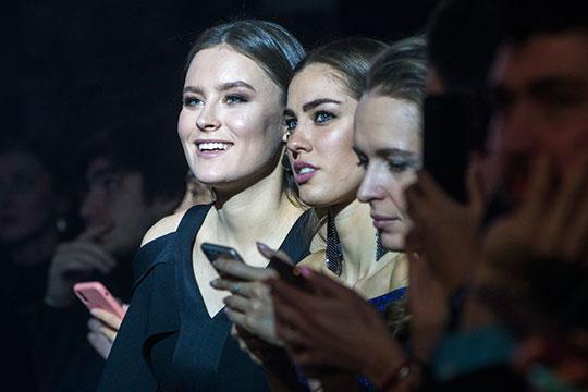 После шоу Андрея Баринова наступил любимый многими этап «Давайте поговорим», который позволял оценить интеллектуальные способности конкурсанток и вдоволь посмеяться над язвительными комментариями и стебом ведущего