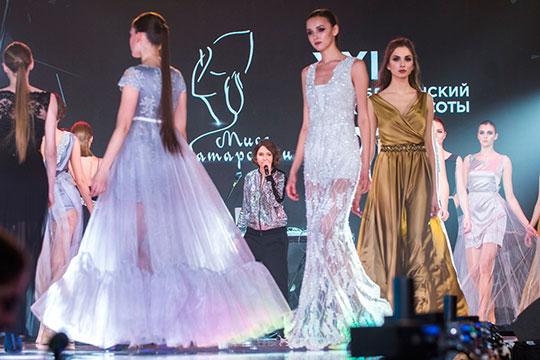 После перерыва, во время которого жюри определяли победительницу конкурса, девушки продемонстрировали наряды партнеров и еще раз продефилировали в вечерних платьях