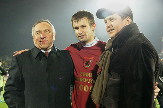 «Вконце 2007 года мыдоговорились, что будем брать игроков, которые нежалеют себя. Первый, кто пришел наум, Сергей Семак (в центре). Мысделали все, чтобы забрать его ксебе, хотя было сложно»