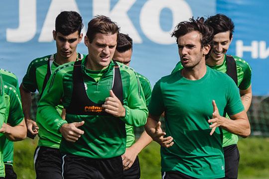 Сейчас с командой работает Хавьер Нойя Сальсес (справа) — тренер по физподготове, работавший в чемпионском «Спартаке»