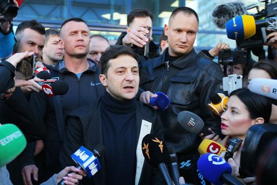 Победитель первого тура на украинских выборах Владимир Зеленский и действующий президент страны Петр Порошенко решили повести прямые дебаты на киевском стадионе «Олимпийский».