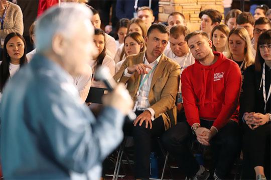 Мухаметшин внезапно обратился к Денису Давыдову, который о чем-то беседовал с Фаттаховым, и рассказал, что раньше по регионам рассылались директивы от «Единой России» — 10% мест в парламенте оставлять для молодежи