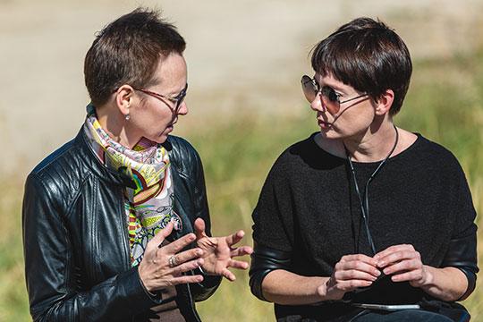 Несмотря на то, что Гузель Яхина (слева) не имела непосредственного отношения к съемкам в Татарстане сериала по своему произведению с Чулпан Хаматовой (справа) в главной роли, но она стала одним из символов этого проекта