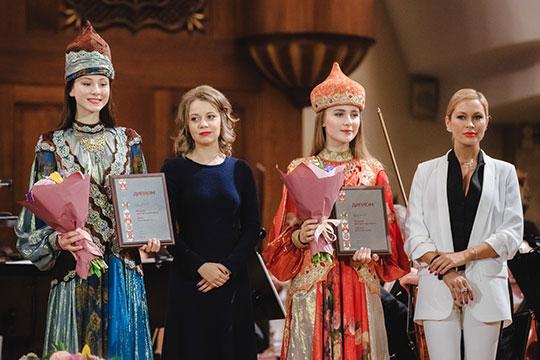 Очаровательные руководители фонда «Живой город» — Диана Сафарова (справа) и Инна Яркова (вторая слева) — заметно добавили в рейтинге. Этот год стал для них очень успешным