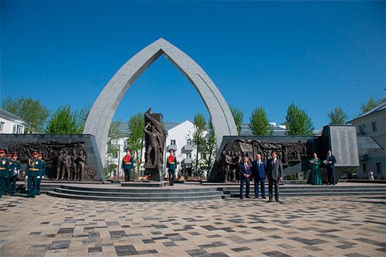 Ветераны Великой Отечественной войны, жители поселка Юдино вместе с Миннихановым, Метшиным и Анатолием Лесуном открывали реконструированную Аллею славы и обновленный бульвар поселка