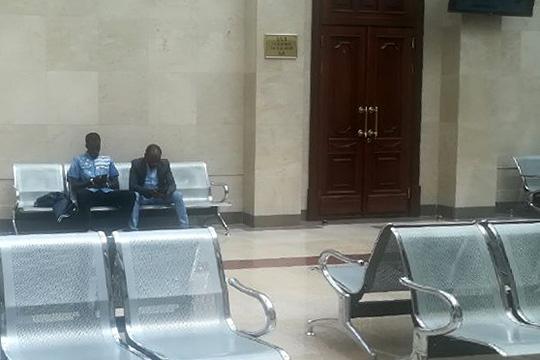 брат убитого студента из Чада Абдрахмат Махамат Сейд (справа) и друг убитого студента (слева)