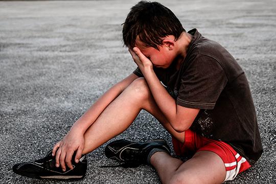 Из-за болей в суставах ребенок может плохо спать, просыпаться и плакать