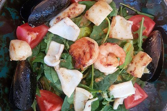 Набор икачество морепродуктов исвежесть самой зелени, как икраснота помидорных долек, вопросов невызвала