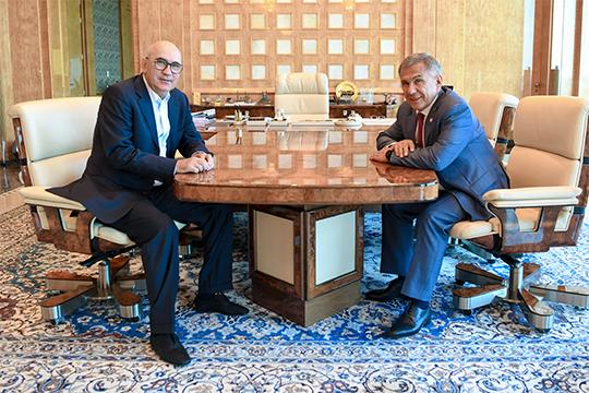 Рустам Минниханов встретился с Курбаном Бердыевым. Это знаковая встреча: похоже, Бердыев останется в Казани и будет управлять детским футболом в республике