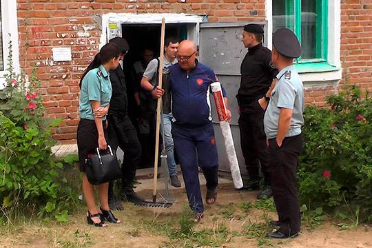 Сергей (в центре) рассказал, что они сженой съехали сэтой квартиры уже давно: «Мне дали бесплатно, как положено, 18 квадратных метров. Номысженой пососедствукупили трехкомнатную квартиру»