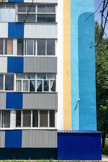 Если балкон белый, ондолжен оставаться белым, анезашиваться деревом или красится вдругой цвет»