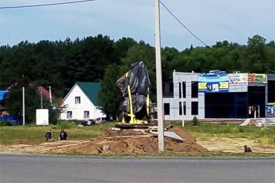 Ко дню города в Таре, что находится в 250 км от Омска, установили 30-тонный памятник завоевателю Сибири Ермаку