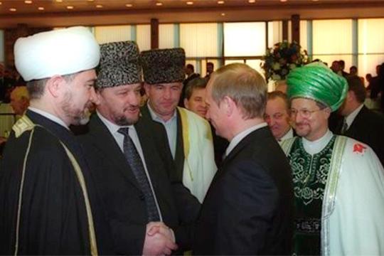 (на фото: Равиль Гайнутдин (слева), Ахмат Кадыров (второй слева), Талгат Таджуддин (справа)