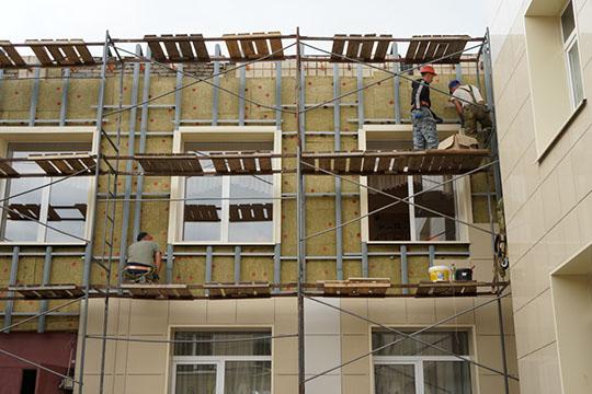 «Строитель», поподсчетам СКиУБЭП, получила 15 муниципальных контрактов наобщую сумму в20,4млн рублей, атакже государственные контракты через ГИСУ на140,6млн рублей.