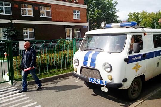 Вблизи здания садика былприпаркованавтомобиль полиции