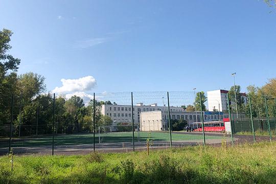Футбольное поле гимназии №90 наул.Комарова, 12 наканунеедва непревратилось вполе брани