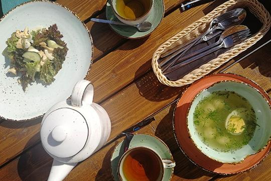 Бизнес-ланч превзошел ожидания: очень приятный куриный бульон с фрикадельками, вкусный грибной крем-суп и неплохой листовой салат с курицей и огурцом