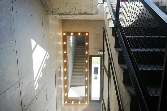 Лестничные пролеты— индустриальность вчистом виде с бетонными стенами иогромным подсвеченным 4-метровым зеркалом, которое пользуется популярностью упосетителей: так ихочется сделать снимок для «Инстаграма»