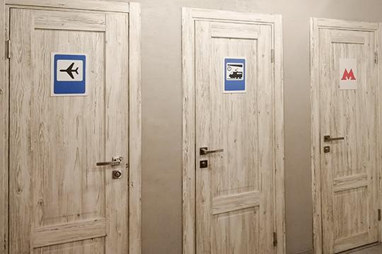 Владельцы явно вдохновились московским проектом «Дорогая, я перезвоню», фишка которого — звуки метро, аэропорта и железнодорожного вокзала, которые звучат в разных кабинках уборной