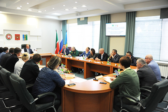 Мэр Нижнекамска Айдар Метшин накануне созвал экстренное совещание, на которое пригласили директоров промышленных предприятий, руководителей надзорных ведомств и экологов