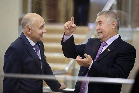 На третье место эксперты все как один поставили предпринимателяФоата Комарова (справа)— совладельца группы «СМП-Нефтегаз» ицелого ряда компаний, несвязанных снефтянкой