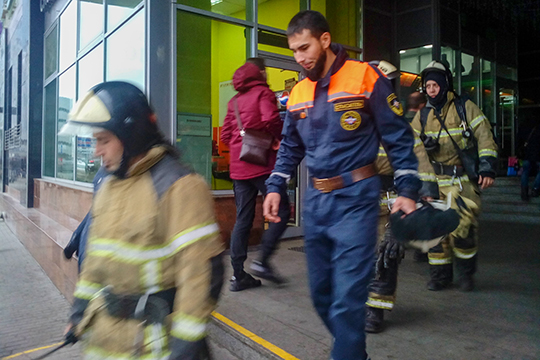 В 10.39 на входе напротив бывшего Финансово-экономического института открылись двери, и оттуда с улыбками на лицах высыпали полицейские, пожарные, спасатели МЧС и электрики и водопроводчики