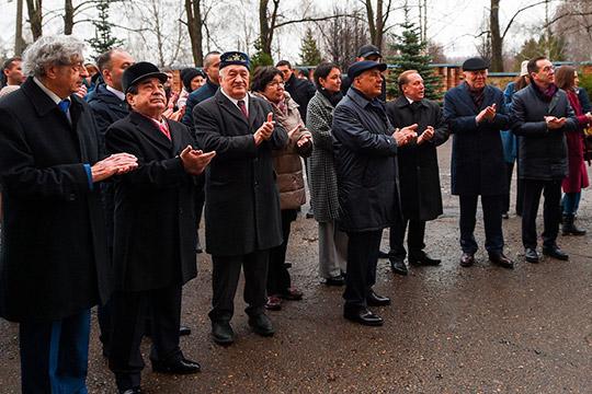 Минниахнов вместе сродными Лемаева возложил цветы кего бюсту, сопровождали процессиюАльберт Шигабутдинов, гендиректор «Нижнекамскнефтехима»Азат Бикмурзин, мэр городаАйдар Метшин