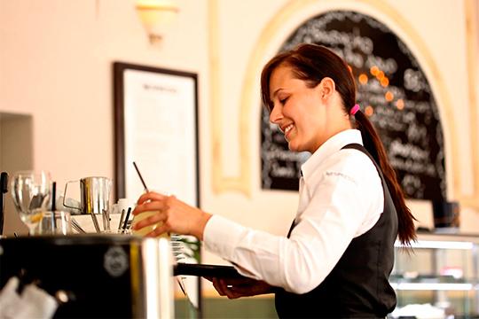 Как показывает статистика, 67% опрошенных регулярно поощряют официантов, если расплачиваются наличными. При оплате банковскими картами, количество щедрых людей снижается вдва раза