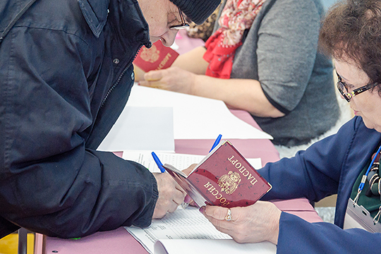 «Без паспорта невозможно получить причитающуюся льготу, вернуть деньги за не оказанные услуги, получить госуслугу, поехать поездом или полететь в самолете. Поэтому персональные данные собирают все кому не лень»